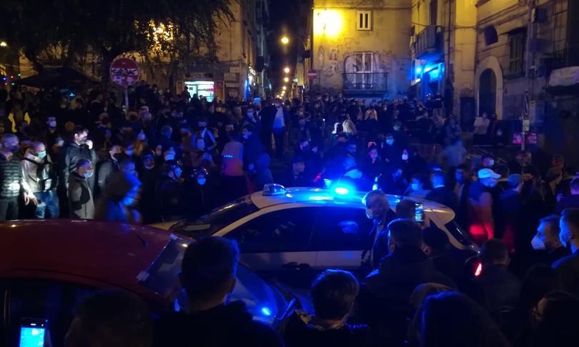 Scoppia la rivolta a Napoli sull'ordinanza di De Luca. Violenza in stile ultrà contro il coprifuoco