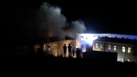 Sicilia- Migranti non vogliono rispettare la quarantena: centri accoglienza in subbuglio, incendi e agenti feriti