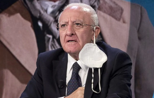 """Medici contro De Luca: """"Ha perso tempo. La Campania non era pronta per seconda ondata"""""""