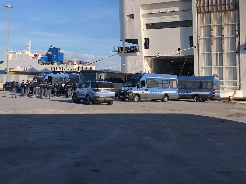 Bari- Gli italiani fanno la spesa…agli immigrati. Decine di poliziotti a loro piena disposizione